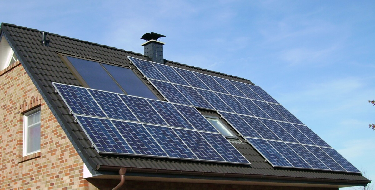 Solar_panels_on_a_roof